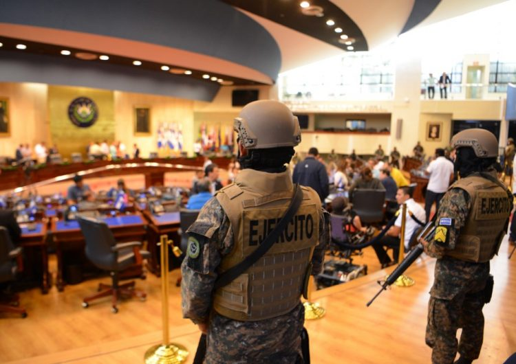 Militares armados respaldan al presidente salvadoreño Bukele en confrontación con legisladores