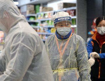 """Cifra de muertos por coronavirus sube a 1,011 en China; Reino Unido ve una """"amenaza inminente"""""""