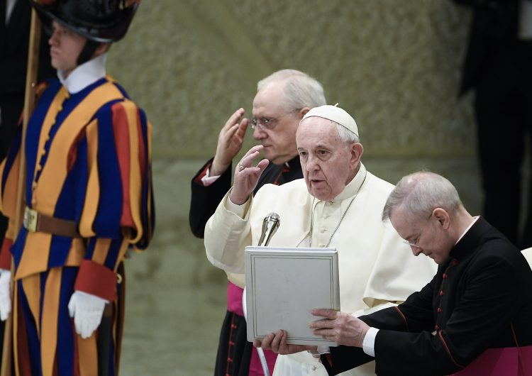 Sordos argentinos abusados por religiosos acusan al papa de encubrir sus casos