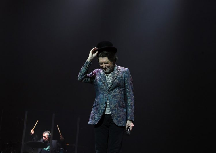 Joaquín Sabina sufre caída durante concierto; es operado por derrame cerebral