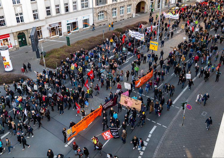 """Miles de personas se manifiestan en Alemania contra los """"pactos"""" con la extrema derecha"""