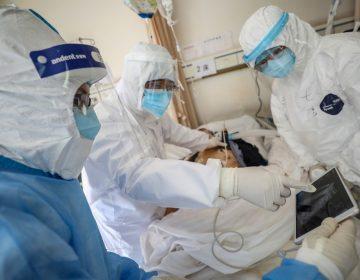 Muere el director de hospital de Wuhan por coronavirus; epidemia deja 2,000 decesos