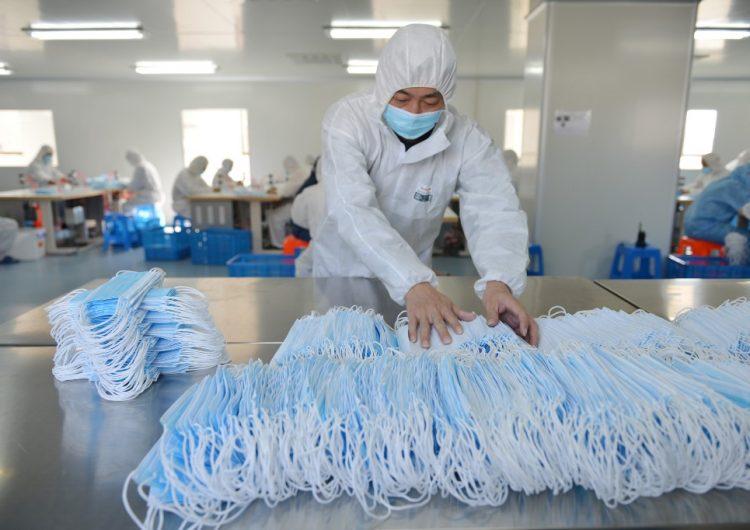 Número de muertos por coronavirus sube a 2,233 en China; anuncian cambios en el conteo de enfermos