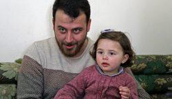 En la guerra en Siria, un padre enseña a su…