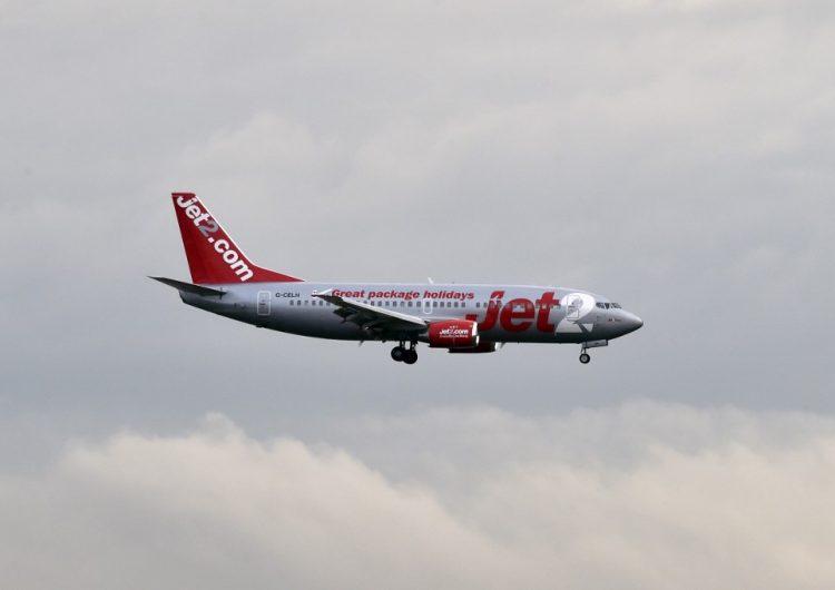 Mujer que intentó abrir la puerta de un avión en pleno vuelo pasará dos años en la cárcel