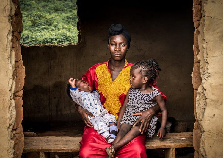 """Adolescentes embarazadas y 24 bebés liberados de """"fábrica de bebés"""" en Nigeria"""