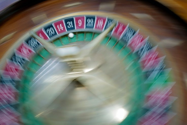 Descubren casino secreto con tragamonedas, mesas y ruleta en el apartamento de un político ruso
