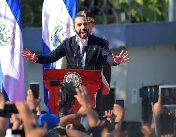 Bukele acusa a México de permitir la salida de un avión con casos de coronavirus