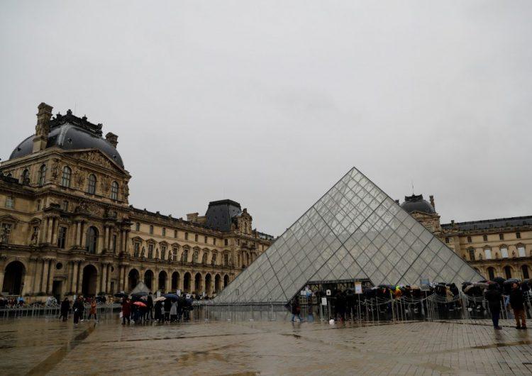 El Louvre no abrió sus puertas el domingo debido al coronavirus