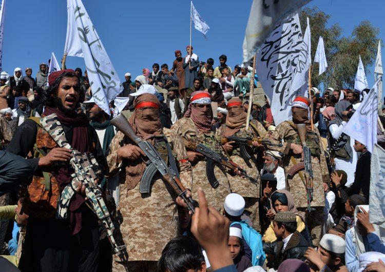 Talibanes lanzan una docena de ataques tras poner fin a la tregua en Afganistán