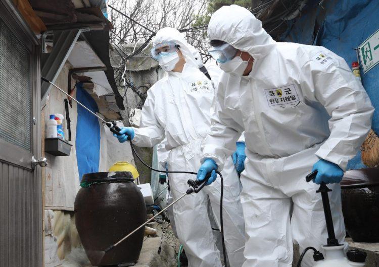 """El coronavirus disminuye en China, pero el mundo entra en """"territorio desconocido"""""""