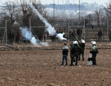 La policía griega lanza gases lacrimógenos contra los refugiados en la frontera con Turquía