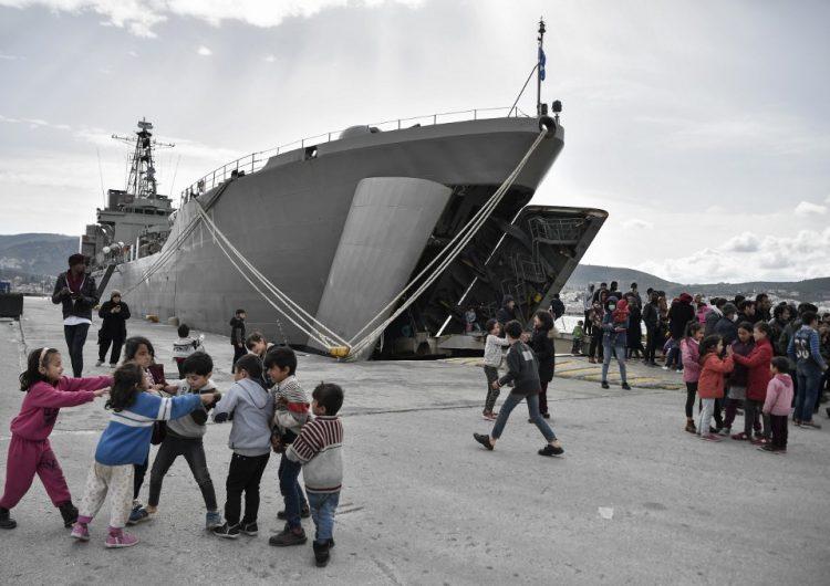 Más de 450 migrantes alojados en un buque de guerra en isla griega de Lesbos