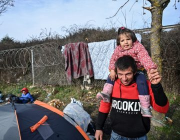 Siete países de la UE se comprometen a aceptar a 1,600 niños migrantes de campamentos de refugiados en Grecia