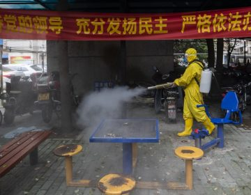 "China expulsa a periodistas de EU; Trump defiende llamar ""virus chino"" al coronavirus"