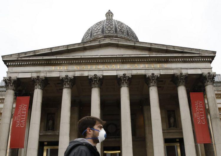 """El gobierno británico anuncia el cierre de escuelas y pide evitar el """"contacto social no esencial"""""""
