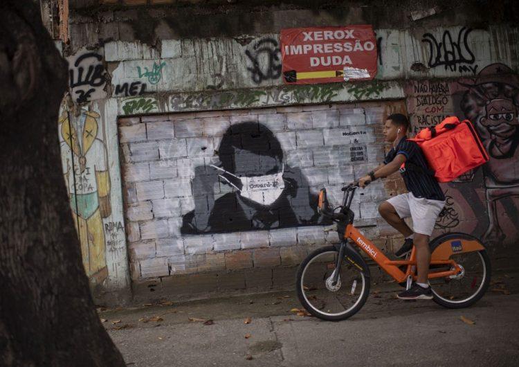 Bolsonaro y su hijo hacen campaña contra el confinamiento por coronavirus