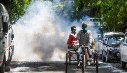 Rocían con desinfectante a trabajadores migrantes en India