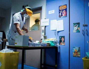 Detienen a británico en Colombia por síntomas de COVID-19 y descubren droga en su estómago