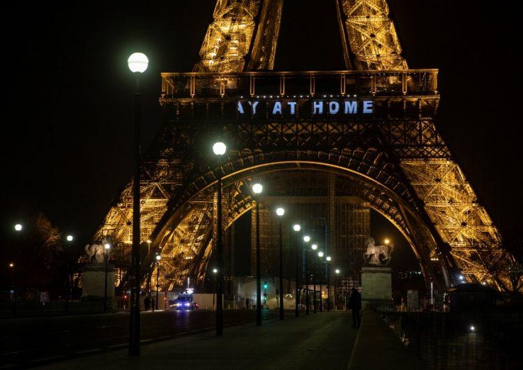"""""""Merci"""": Proyectan mensajes en la Torre Eiffel para las personas que trabajan contra el coronavirus"""