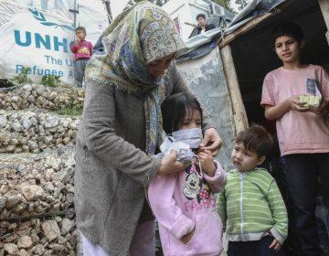 Mujer residente en campo de migrantes de Grecia da positivo al coronavirus