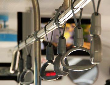 Ordenan limpieza de asientos y pasamanos en transporte público para evitar coronavirus