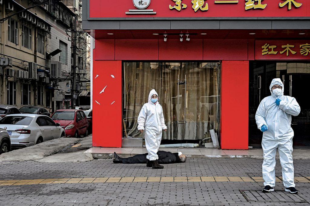 China fue transparente al compartir la noticia y la secuencia genética de 2019-nCoV. En la foto, trabajadores de salud examinan a un anciano que colapsó en una calle de Wuhan. Foto: Hector Retamal/AFP/Getty