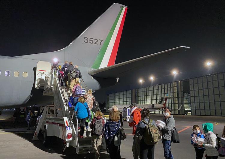 Salen vuelos humanitarios de Cancún,  llevan argentinos y van por mexicanos