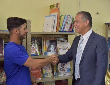 Recibe alcalde de Jesús María a beisbolista de Atléticos de Oakland