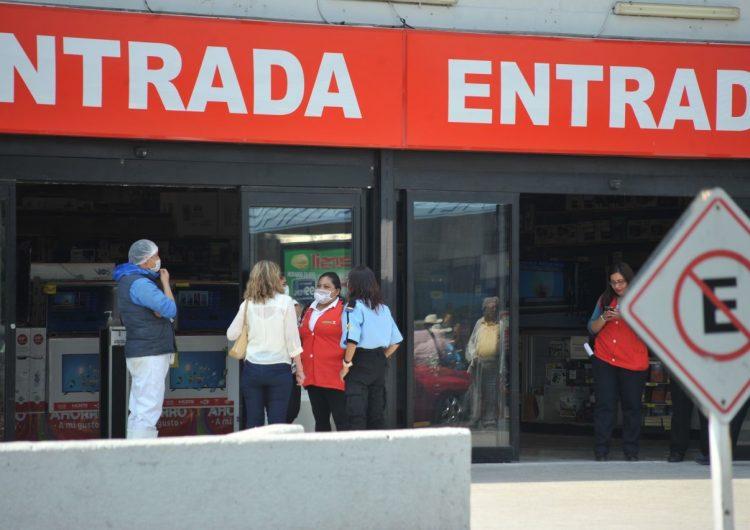 COVID-19 | Walmart y Soriana retiran de sus tiendas a los adultos mayores que trabajan como empacadores