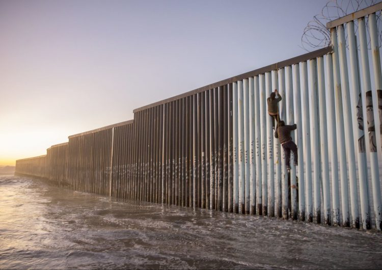 Muere joven guatemalteca tras sufrir una caída cuando intentaba trepar el muro entre México y EU