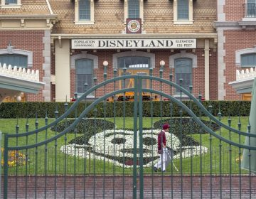 Trabajadores de Disney tendrán licencia forzada sin pago por cierre de parques ante pandemia