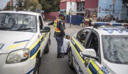 Seis personas mueren por disparos de policía sudafricana durante confinamiento