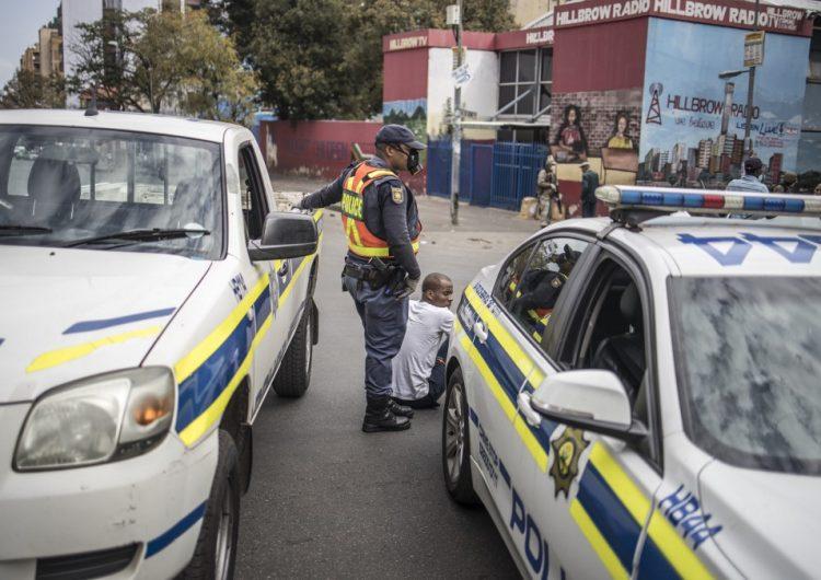 Tres personas mueren por disparos de policía sudafricana durante confinamiento