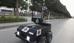 Policía de Túnez usa un robot para que la población…