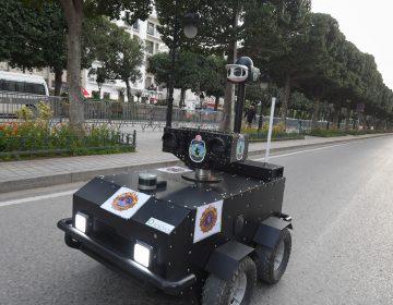 Policía de Túnez usa un robot para que la población respete el confinamiento