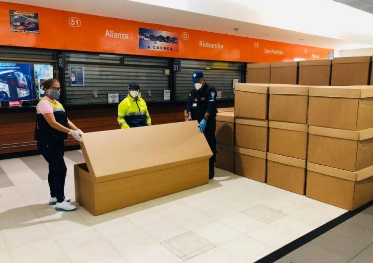 Entregan ataúdes de cartón en Ecuador por crisis en el manejo de cuerpos de fallecidos por COVID-19