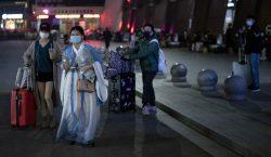 Miles de pasajeros abandonan Wuhan tras el fin del confinamiento