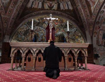 Doscientos fieles participan en un Viernes Santo en el sur de Italia pese a confinamiento