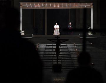 Galería | En soledad, el papa Francisco encabeza el víacrucis en la Plaza de San Pedro