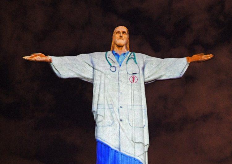 """Fotos: """"Visten"""" con una bata al Cristo Redentor de Brasil en honor al personal médico"""