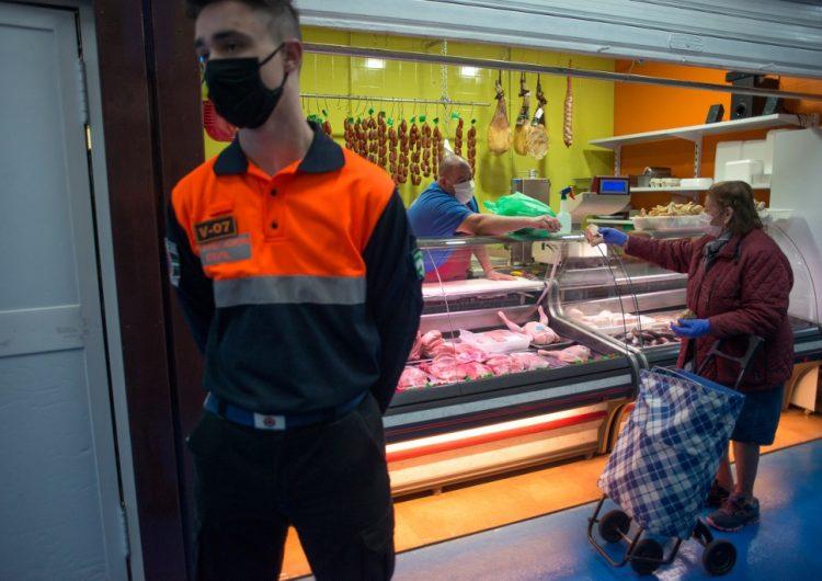 España reporta baja de muertes e inicia reapertura parcial