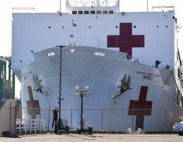 Evacuan a tripulantes de buque hospital en Los Ángeles tras dar positivos con COVID-19