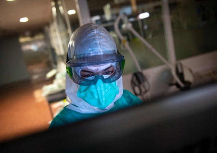 """España ve """"esperanza"""" en caída de muertes diarias por coronavirus"""