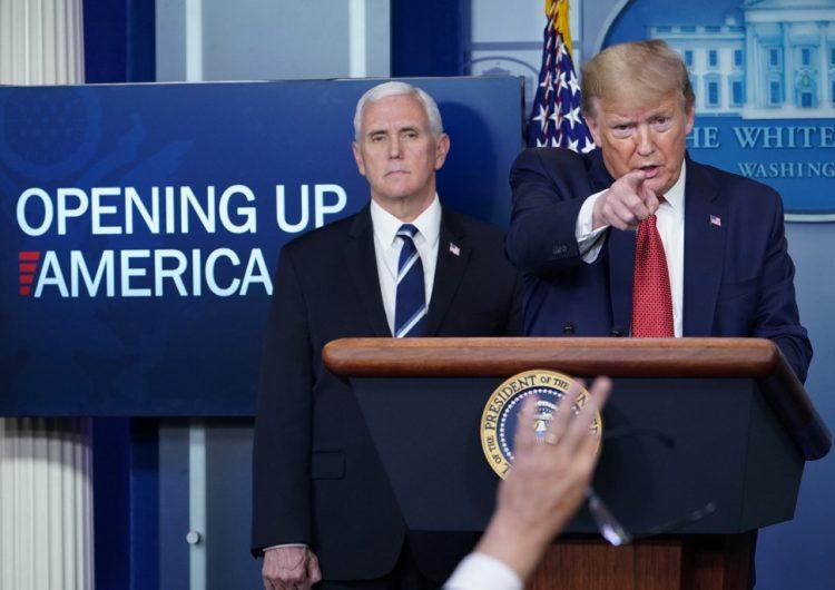 Trump anuncia plan de tres etapas para reabrir EU, con 31,000 muertos por COVID-19