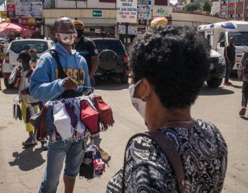 Personas que salen sin cubrebocas en Madagascar son obligadas a barrer las calles
