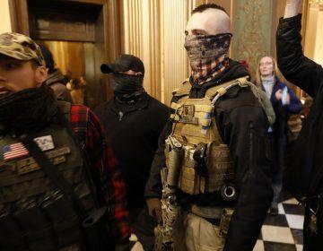 Personas armadas irrumpen en el Congreso de Michigan; se manifiestan contra confinamiento