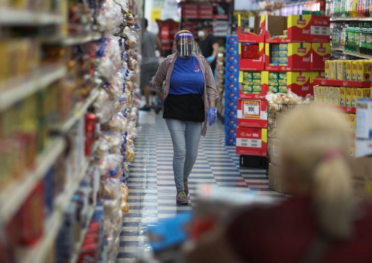 Arrestan a una mujer de EU que lamió alimentos y productos con valor de 1,800 dólares