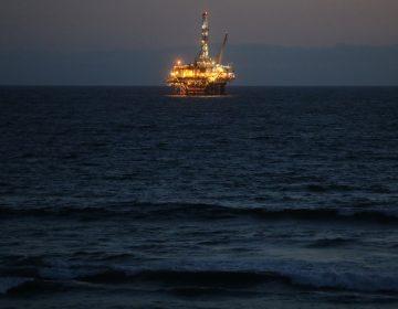 ¿Qué implica el hundimiento de los precios del petróleo?