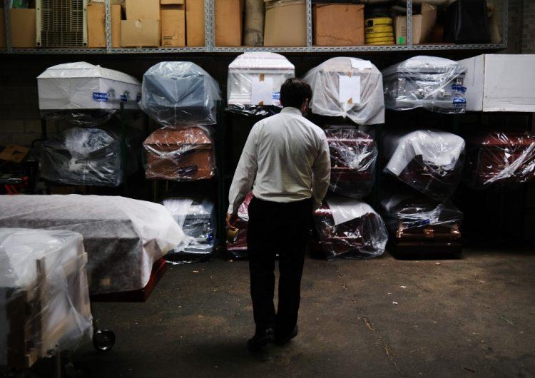 Hallan decenas de cuerpos en descomposición en camiones afuera de una funeraria de Brooklyn